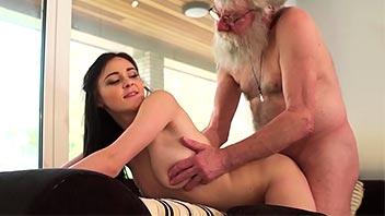 Jovencita se deja follar por el abuelo de su novio